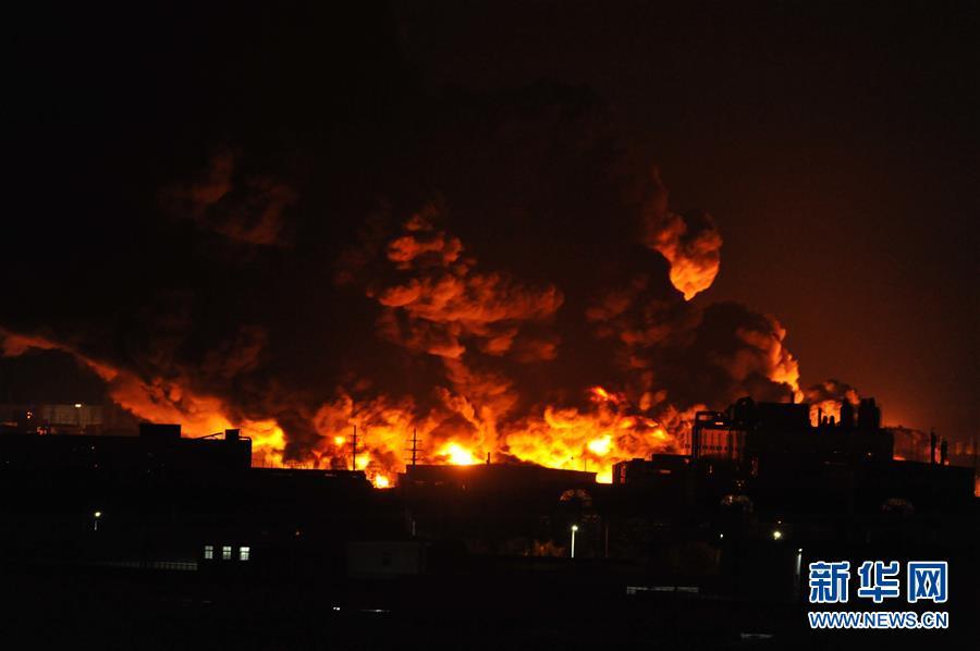 这是10月28日拍摄的天津滨海新区一仓储物流公司起火现场。新华社发