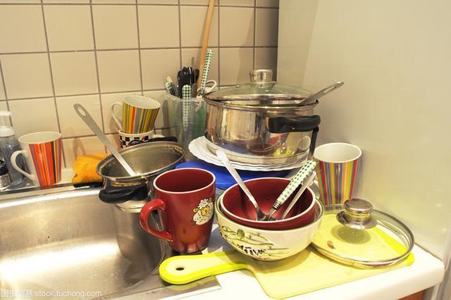 别再用洗洁精清洁餐具了,水里加这个来清洁无残留不伤手,快试试