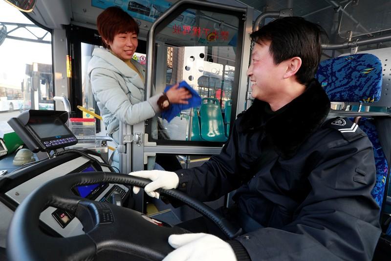 公交车开装安防隔离装置