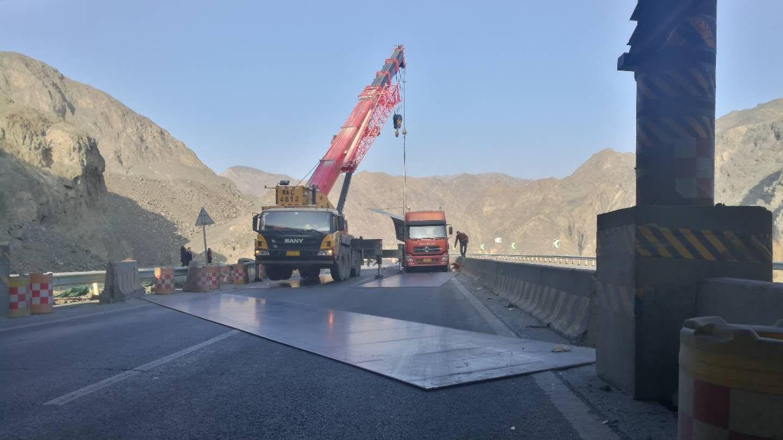 货车大意掉钢板 新疆达坂城连霍高速断路清理