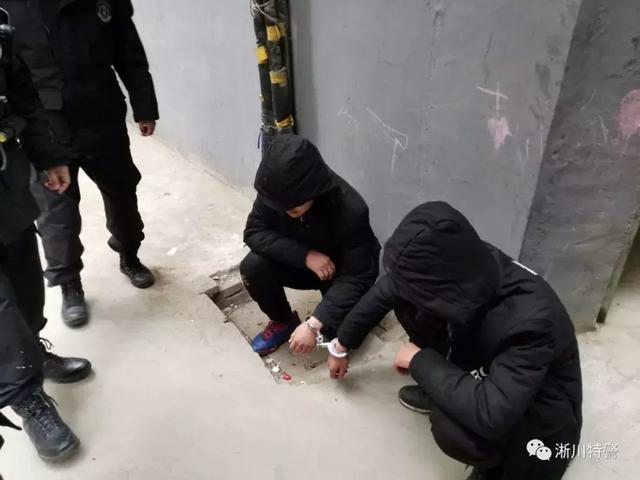 南阳淅川二中附近有人聚集打架,手中疑似有刀具,危急时刻……