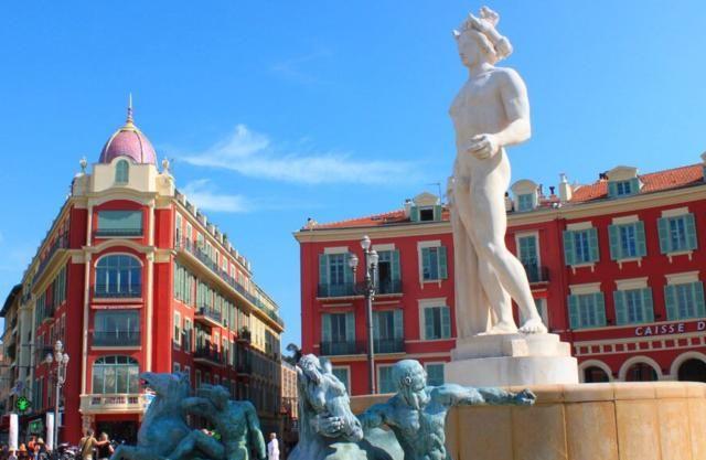 尼斯最热闹的广场,有象征七大洲的人像雕塑和大型喷泉