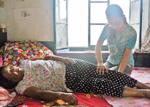 婆婆重病,小叔子从不探望,临终前拍拍床垫,女子抬起后,傻住