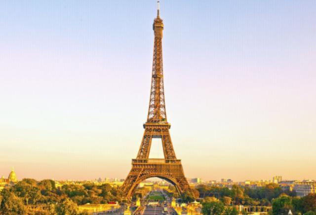 巴黎地标之一,登上铁塔眺望台,360度展望巴黎的城市景观