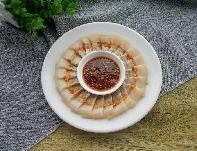 上海白切肉:煮一方猪肉,趁热拆骨冷却后切成片,佐以酱料蘸食~