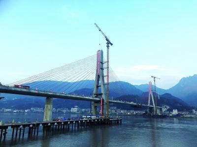 """""""武汉造""""世界最大跨度铁路混凝土斜拉桥合龙"""