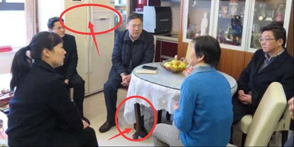 """上海回应""""困难户豪华家具"""":桌子不是红木,两家因病致困"""