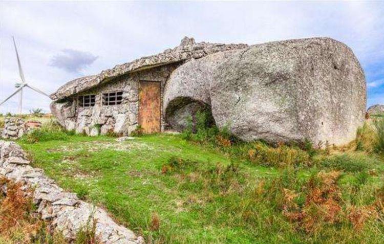 """被石头""""压扁""""的房子,建在两块巨石缝中,门窗烟囱啥都不缺"""