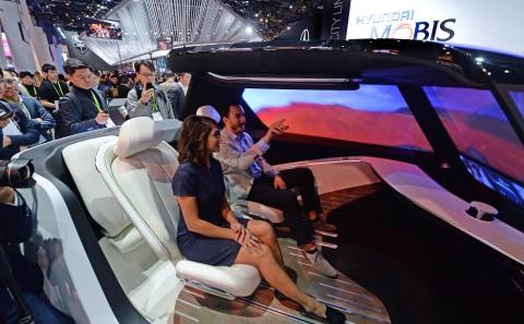 该交流照明概念集成了摩比斯的高级驾驶员辅助系统(ADAS)支持的自适应远光灯(ADB)技术或集成了其于今年早些时候推出的高级自适应远光(AADB)技术。该集成式解决方案提升了物体探测和处理功能,增强了车到车,车到人之间的互动,从而提供一个响应速度更快的自动调光前照灯。