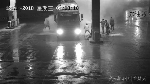 险!大货车进站前轮胎起火,快!加油站员工8分钟把火扑灭