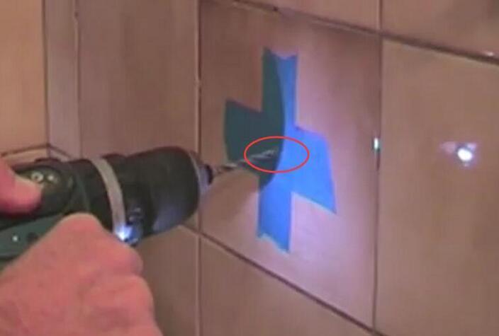 墙面瓷砖打孔易崩瓷开裂?老师傅说贴两片胶带又快又好看,真聪明