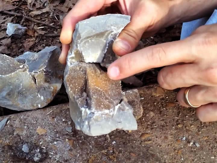 男子户外捡到空心石头,打开后一看乐了,捡到宝了