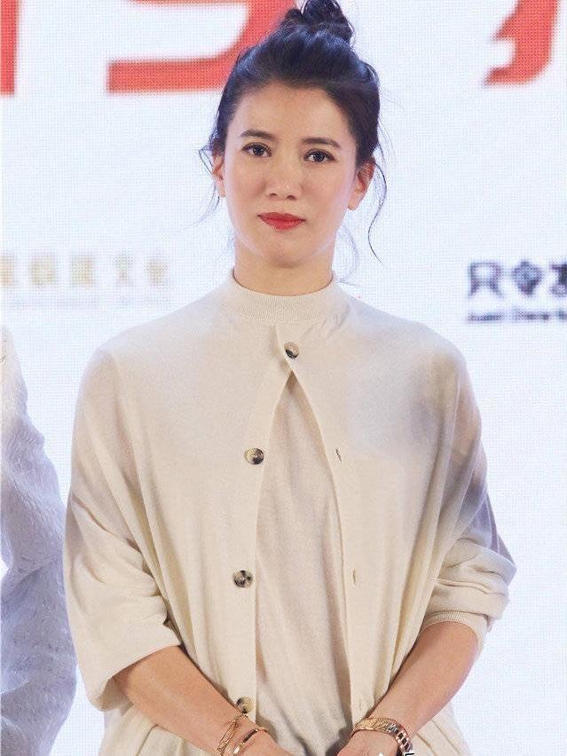 47岁袁咏仪皮肤精致,面色红润,阿姨针织衫居然穿火了!