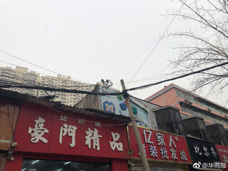 """通讯线缆成""""蜘蛛网""""压房顶   商户担心房顶被压塌"""