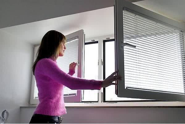 开空调要不要关紧门窗呢?听专家分析,原来我家一直做错了!