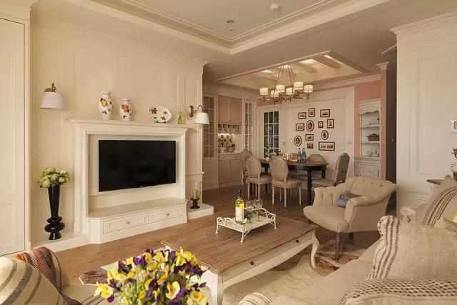 新房装修客厅背景墙,石膏线加壁纸,比白墙好看,还省钱