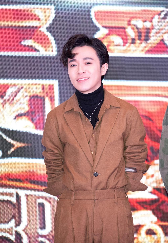 """吴青峰现身《歌手》2019发布会 创作才子自爆""""偷学钢琴"""""""
