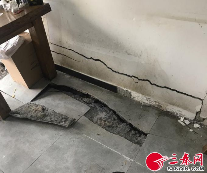 两家餐馆地面突然下沉吓坏食客 或与管道渗水有关,现已开挖维修