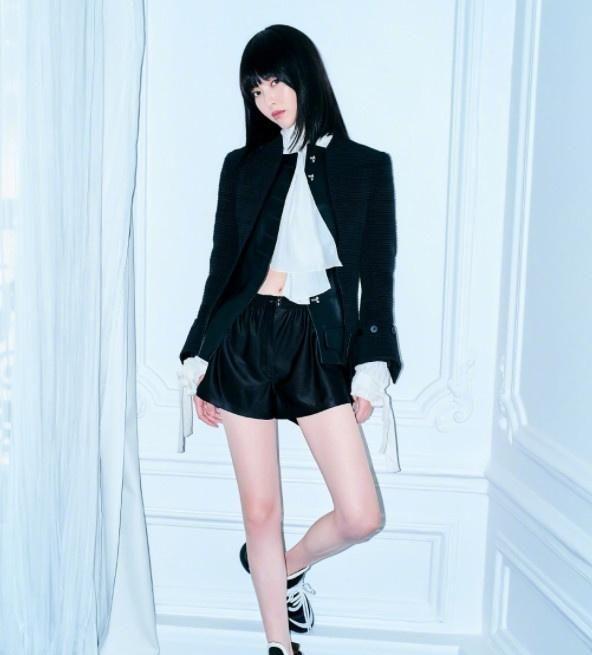 唐嫣气质真好,一袭黑色裙加上白茶花点缀,美感很强悍