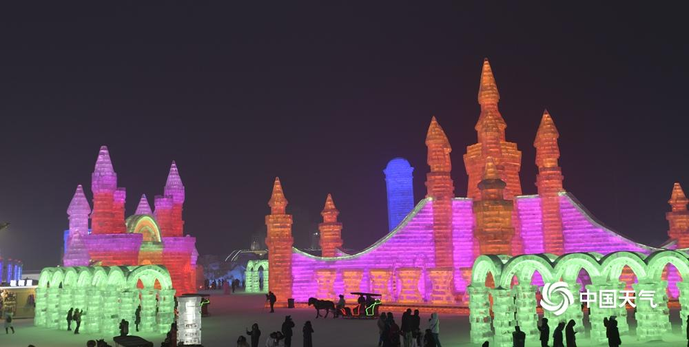 """2019年哈尔滨冰雪大世界的主题是""""冰雪百花园 奇幻大世界"""",占地面积达到80万平方米。1月14日。夜幕降临,哈尔滨冰雪大世界,变成了充满美丽色彩的冰雪王国。用冰雕成的城堡,像古代宫殿一样壮观,身在其中领略到冰雪建筑与无限变幻的灯光完美融合的梦幻世界。 (摄影:林松)"""
