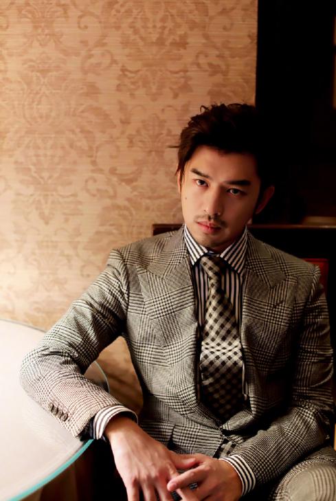 陈柏霖亮相纽约时装周,穿格纹西装配条纹领带,尽显男性独特魅力