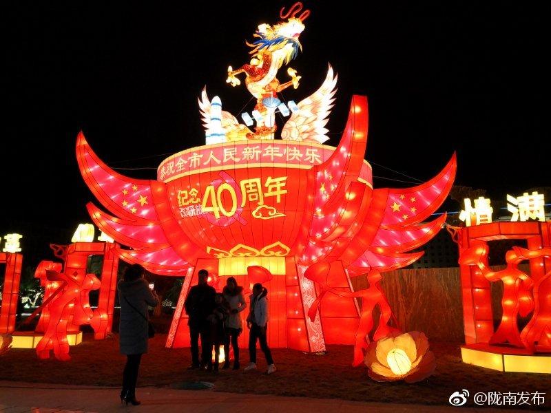 春节灯饰营造出了浓厚的过年氛围