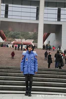 刘涛真接地气!现身井冈山穿蓝色徽章棉服晒游客照