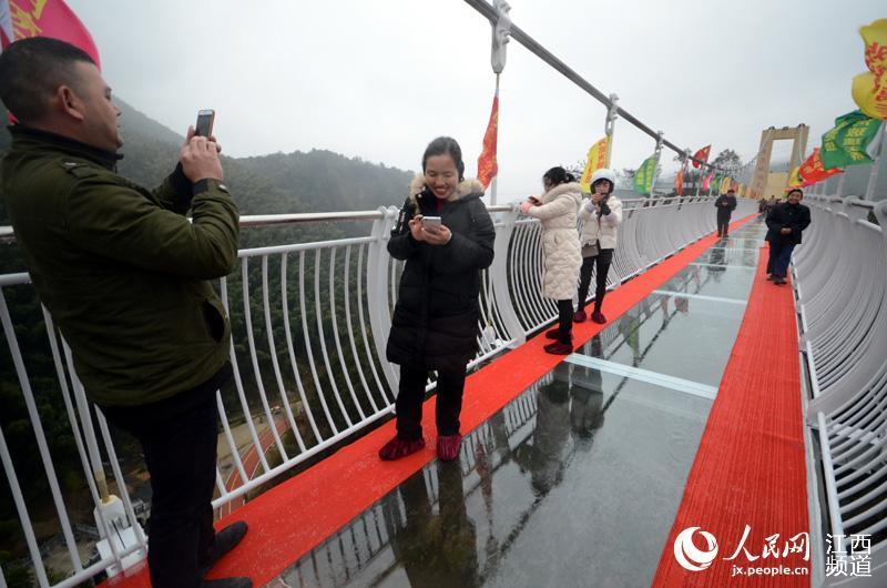 """南昌:百余米玻璃天桥横跨山间 脚下""""踩空""""步步惊心"""