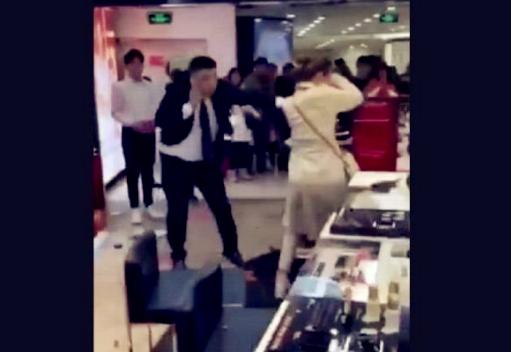 女子在西单商场大闹,情绪激动打砸柜台,还拿起玻璃欲割腕轻生!