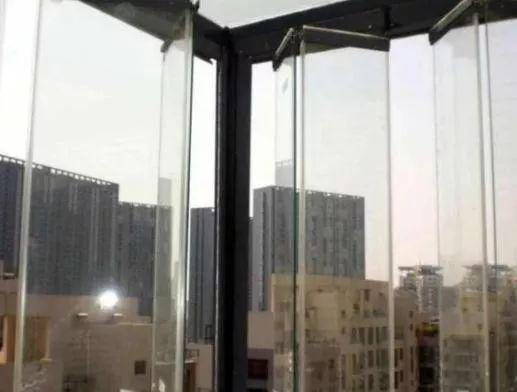 ?封阳台不要装传统玻璃窗,如今都盛行装这种代替,省钱又漂亮