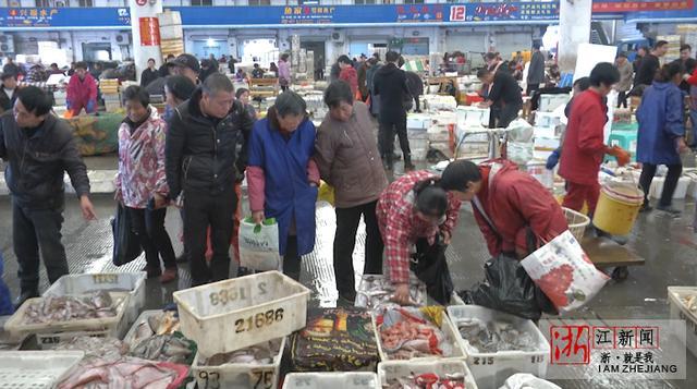 渔船回港带来大量海鲜 松门水产品批发市场迎来交易旺季