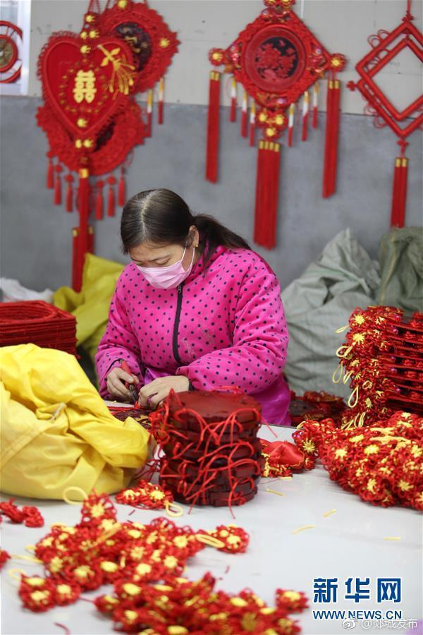 郯城:加工节庆用品迎新年