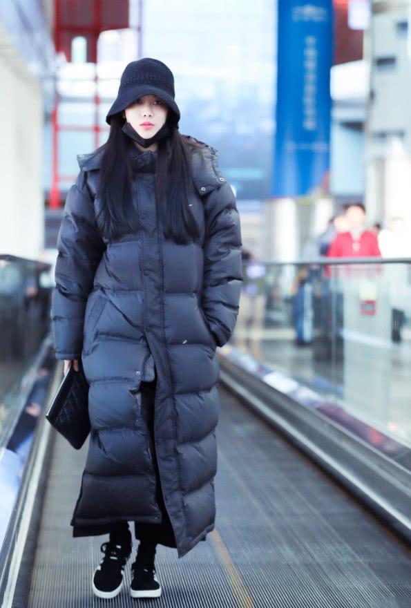 """王霏霏为保暖,竟把自己穿成了""""大黑"""",羽绒服长到脚踝美爆了!"""