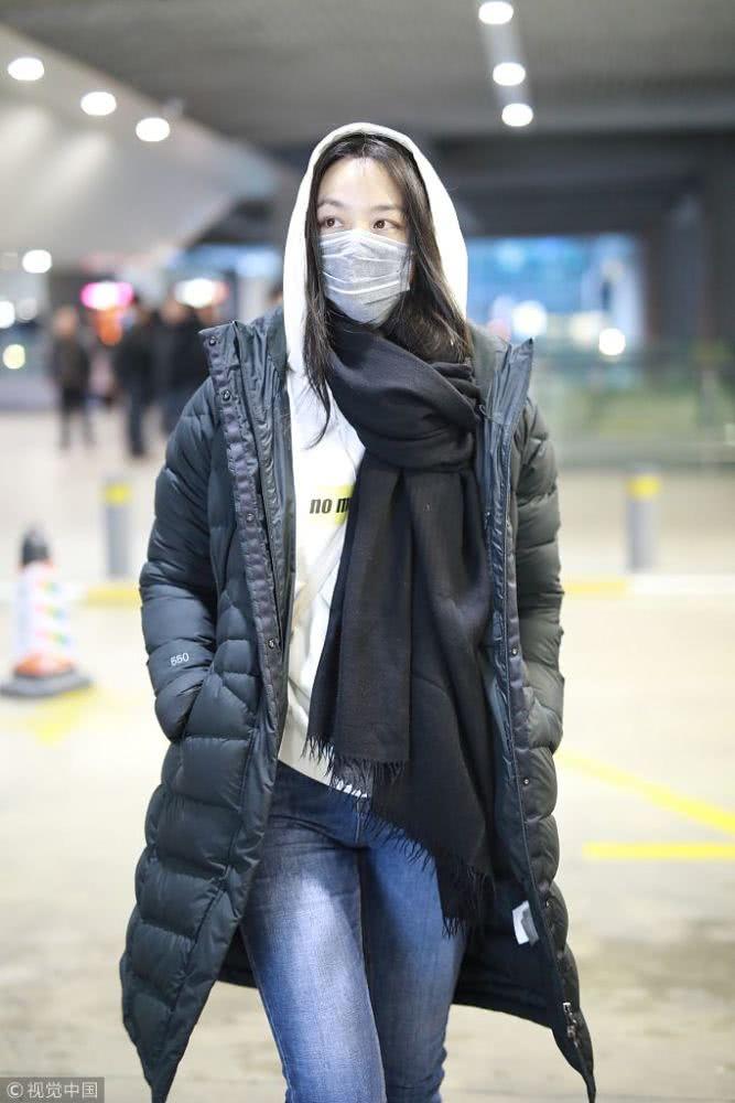接地气女神!汤唯穿羽绒服包裹严实 抱臂取暖认真过冬