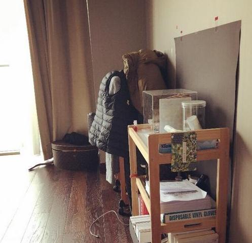带你看看郑爽的豪宅,全屋都用木材装修,杂物凌乱堆在角落