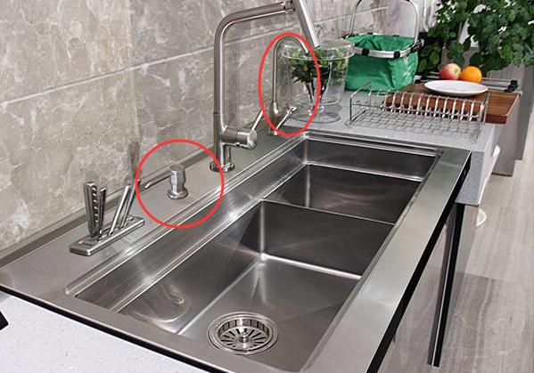 洗了5年碗才知道:水槽旁这个孔,9成人当摆设,聪明人天天用