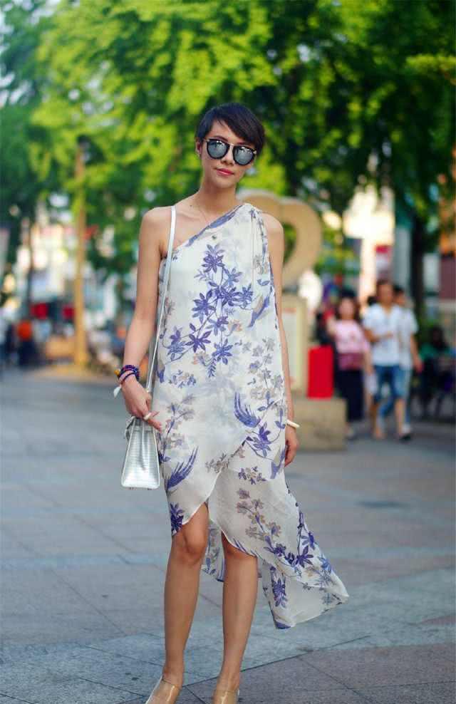 街拍:淡紫色的花纹典雅又清新,面料轻飘飘的,被风一吹,美极了