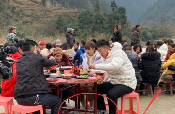 沈梦辰带杜海涛回老家,吃饭时桌椅暴露出明星待遇不同!
