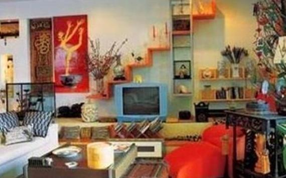 一起参观蔡国庆的豪宅,家里有很多名贵木制品,老式电视机很耀眼