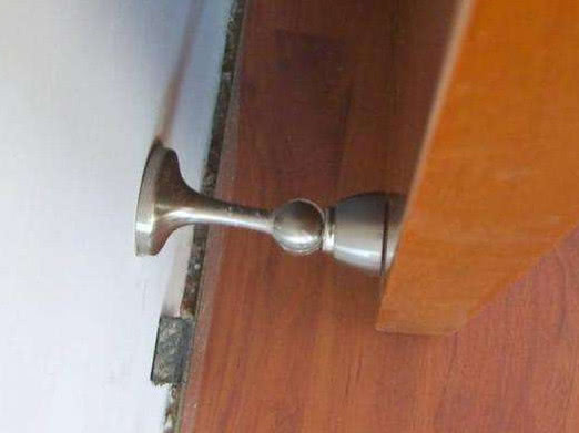 门吸万万不要装这个位置,好多师傅也不懂,容易坏还维修难