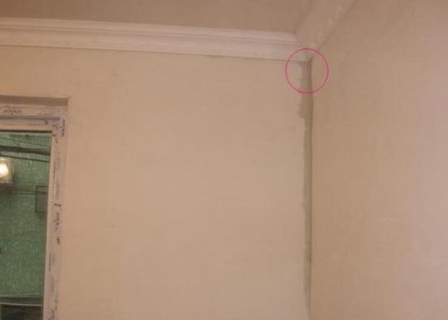 """墙面渗水就叫维修师傅?学会这个""""笨招"""",老婆一人也能修补墙皮"""