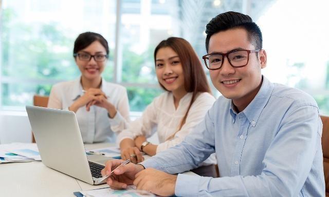 在职场,新人如何快速融入同事之间,教你4招成为办公室人气之王