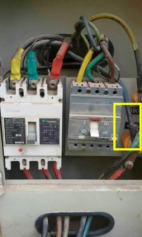 入户零线被工人打伤了电线裸露还想糊弄电工太危险赶紧换