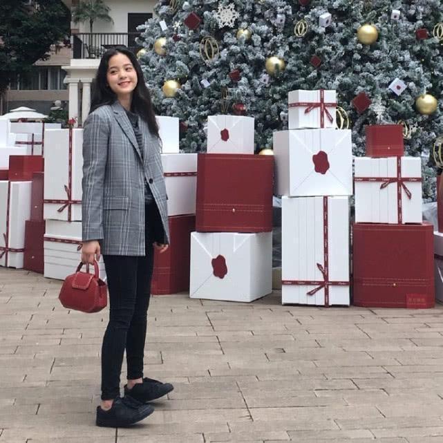 欧阳娜娜穿红黑色拼接夹克, 配一条工装裤, 反戴帽子显俏皮!