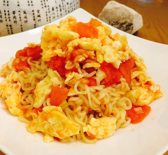 方便面不要再煮着吃了,换种吃法很美味,西红柿鸡蛋炒方便面