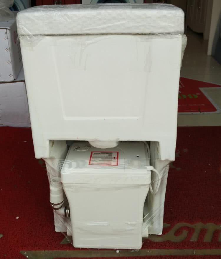 住高层马桶容易堵,舅舅家直接装个粉碎机,厕所臭气熏天还浪费电