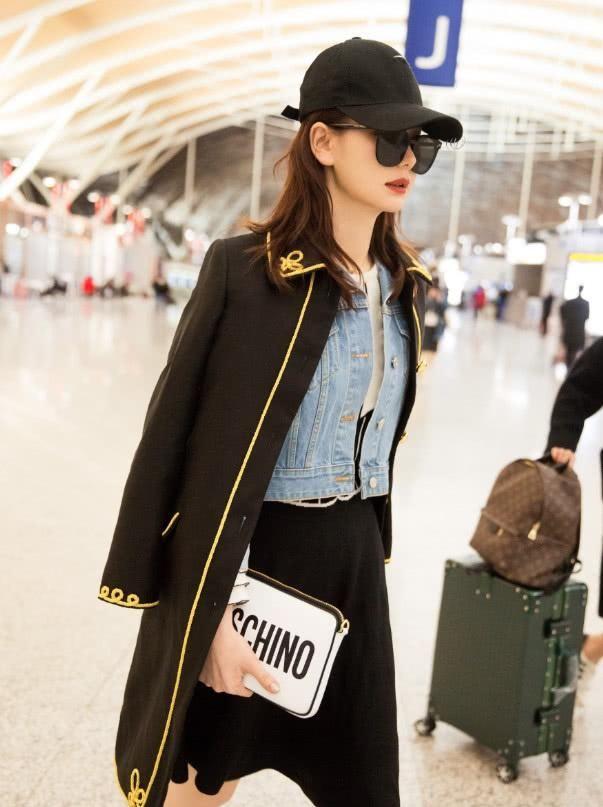机场达人戚薇也有低调的时候,不拿大牌包包了,拿女儿的文具袋
