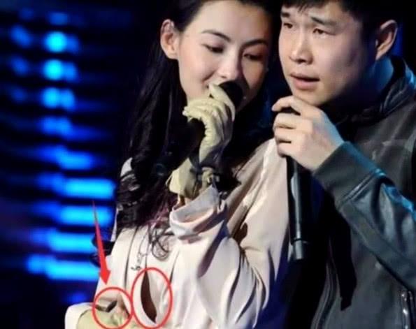 张柏芝在台上唱歌,上衣纽扣却突然爆开,小沈阳手的位置成为亮点