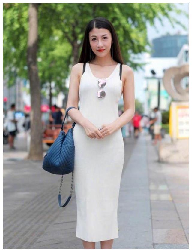 路人街拍,小姐姐内搭蕾丝面料的连衣裙,看着别有风情