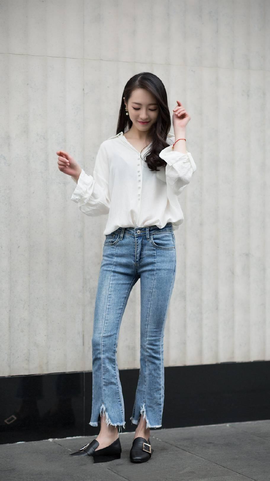 街拍:小姐姐牛仔面料的连体裤,特别显气质和身材的服装